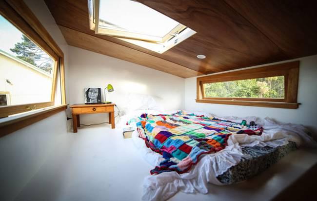 Дизайн маленького частного дома. Спальня на чердаке