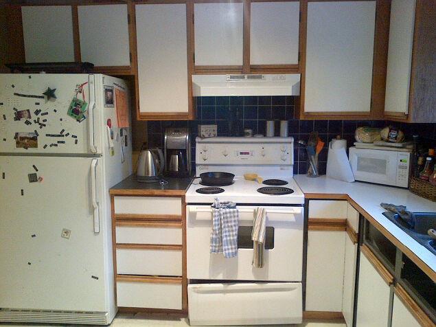 Светлый гарнитур в дизайне маленькой кухни