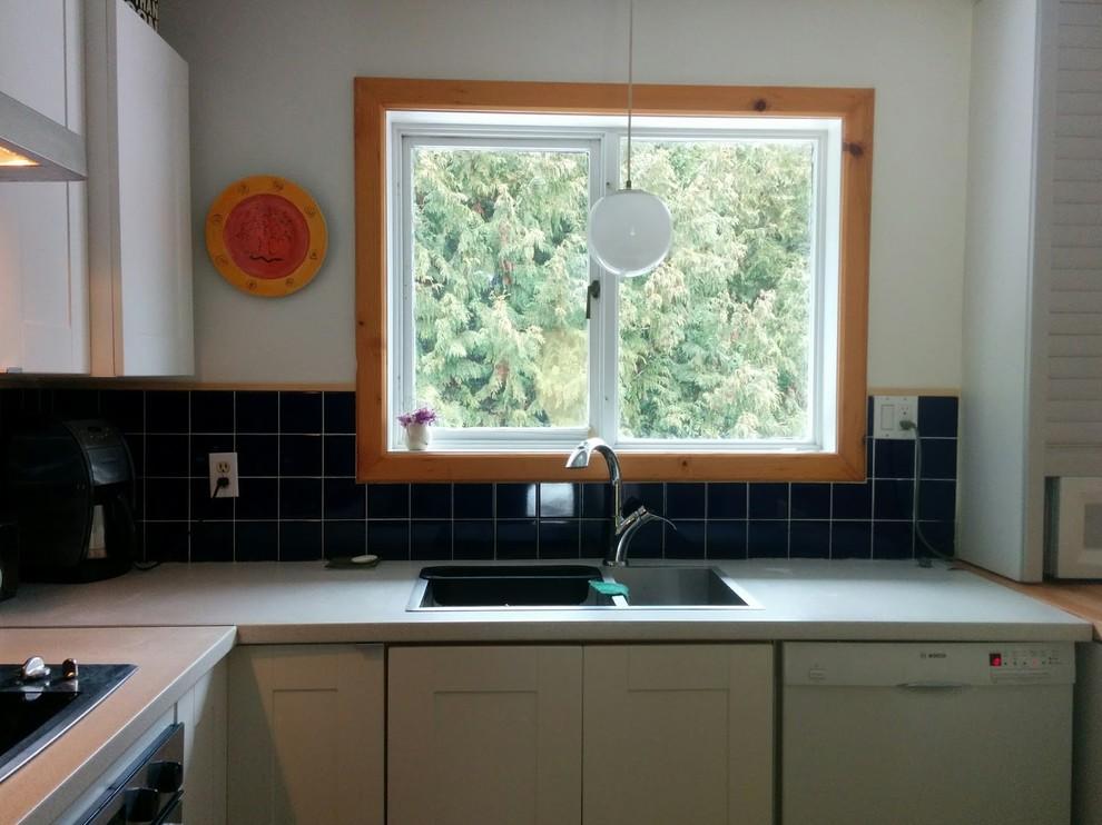 Большое окно в дизайне маленькой кухни