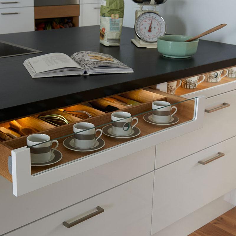 Стол со встроенными выдвижными ящиками на маленькой кухне