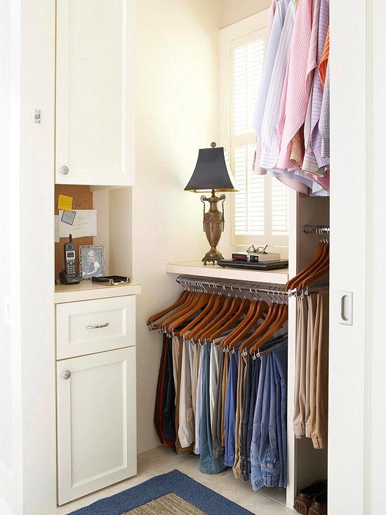 Открытый шкаф с вешалками