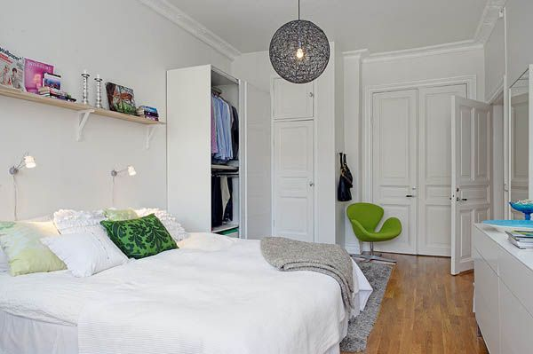 Оригинальное кресло в белой спальне