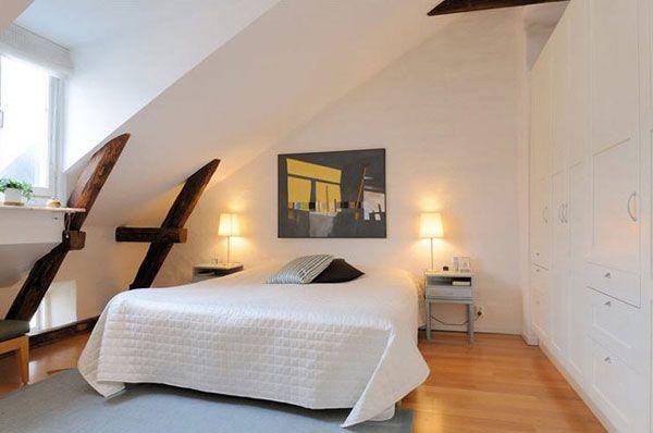 Деревянные балки в интерьере белой спальни