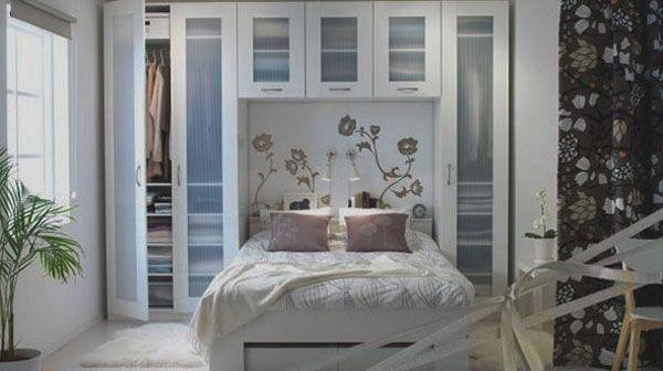 Мебель с прозрачными дверцами в спальне