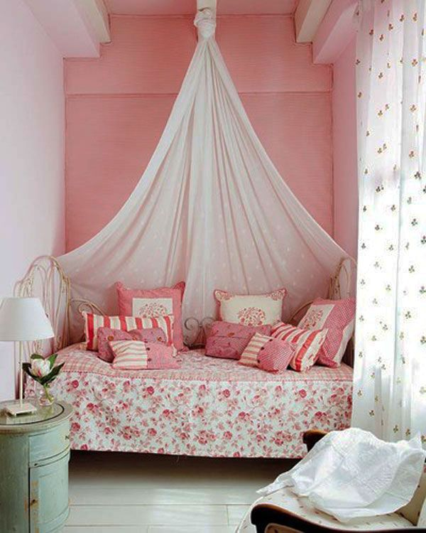 Балдахин и подушки в оформлении спальни