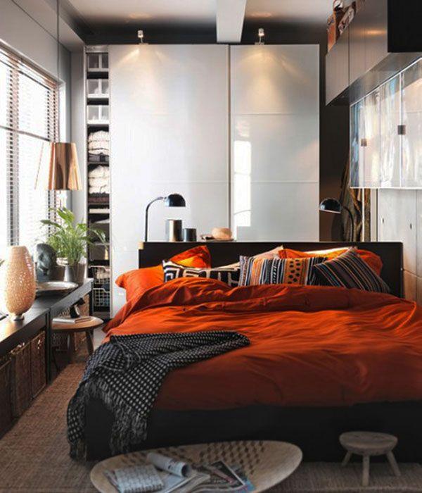 Красное постельное бельё на кровати в спальне