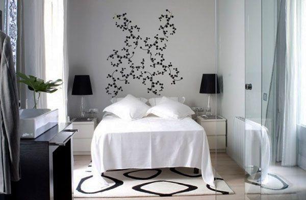 Зеркала в чёрно-белой спальне