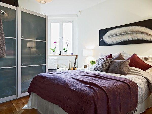 Картина с изображением пера над кроватью