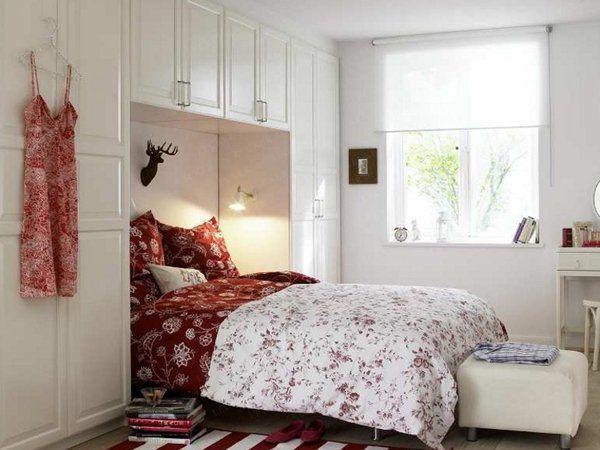 Спальня в белом цвете с красными акцентами
