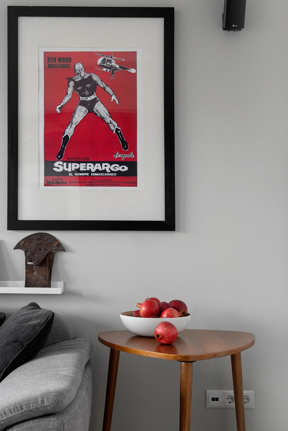 Постер на стене