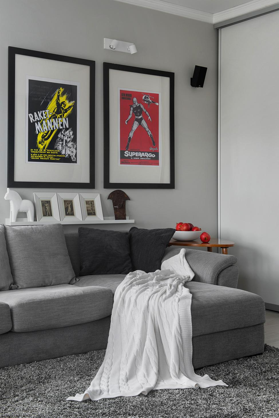 Постеры на стене в гостиной