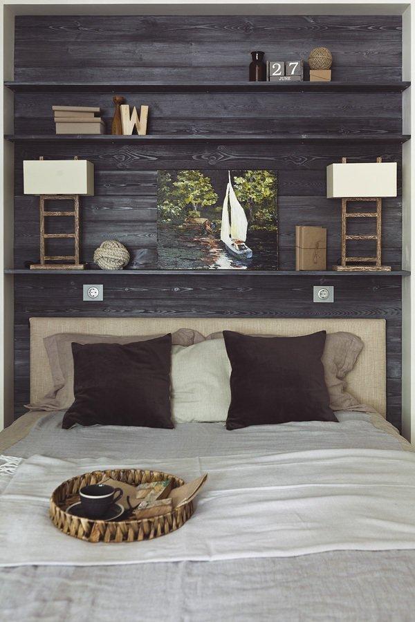 Полки на стене в спальне