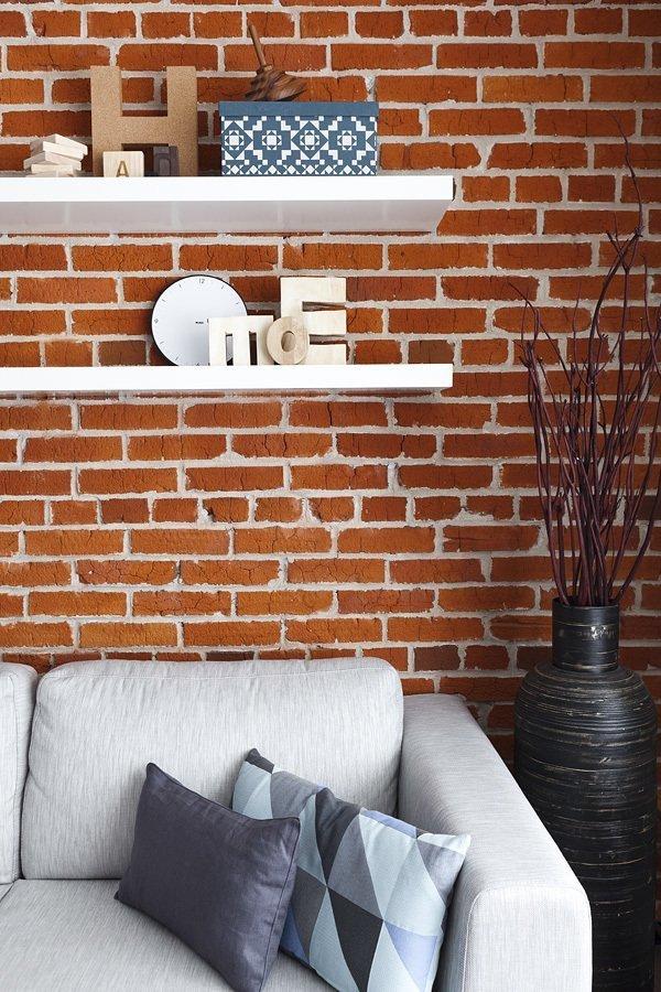 Полки на стене в гостиной