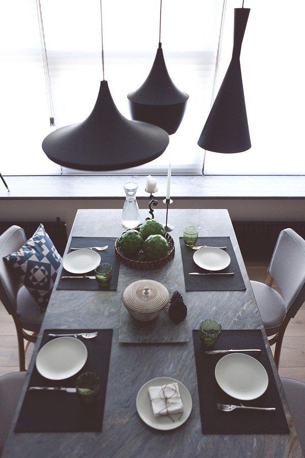 Светильники разной формы над обеденным столом
