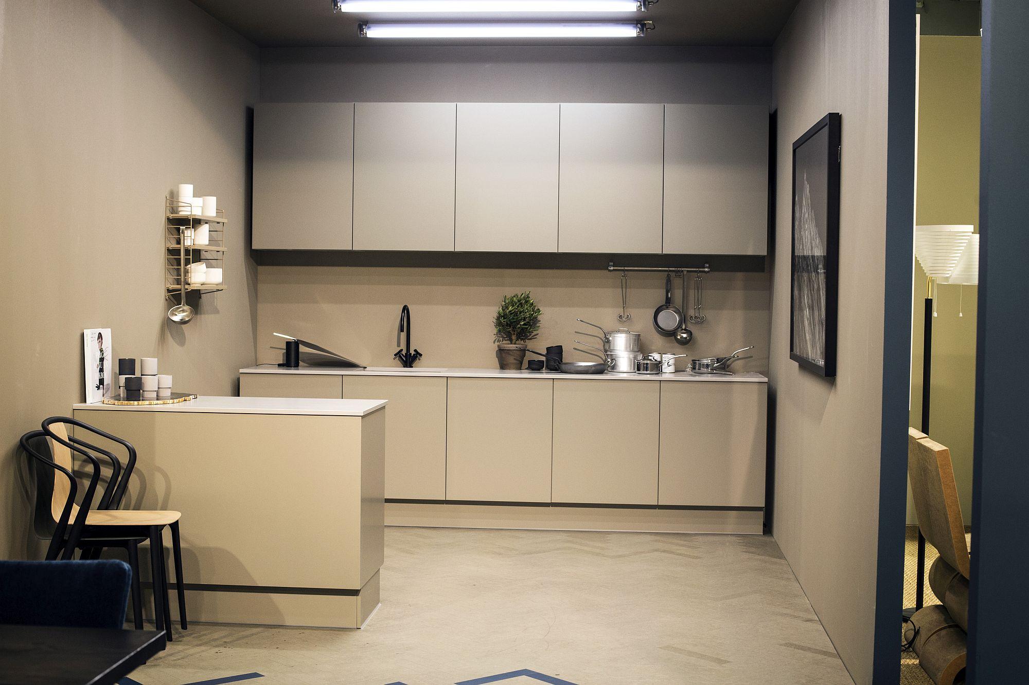 Дизайн мебели для маленькой кухни  с функциональной мебелью в пастельных тонах