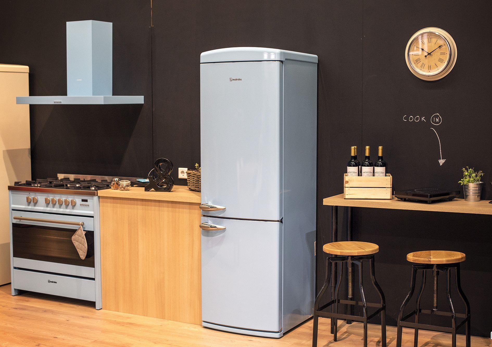 Светлый дизайн мебели для маленькой кухни
