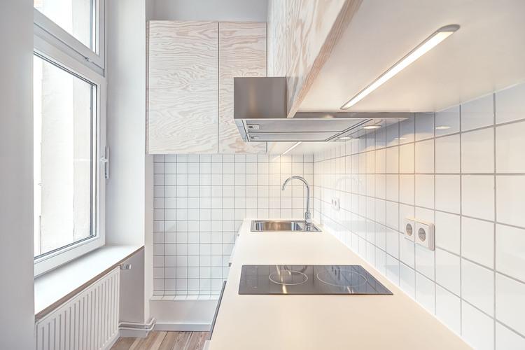 Маленькая кухня напротив окна
