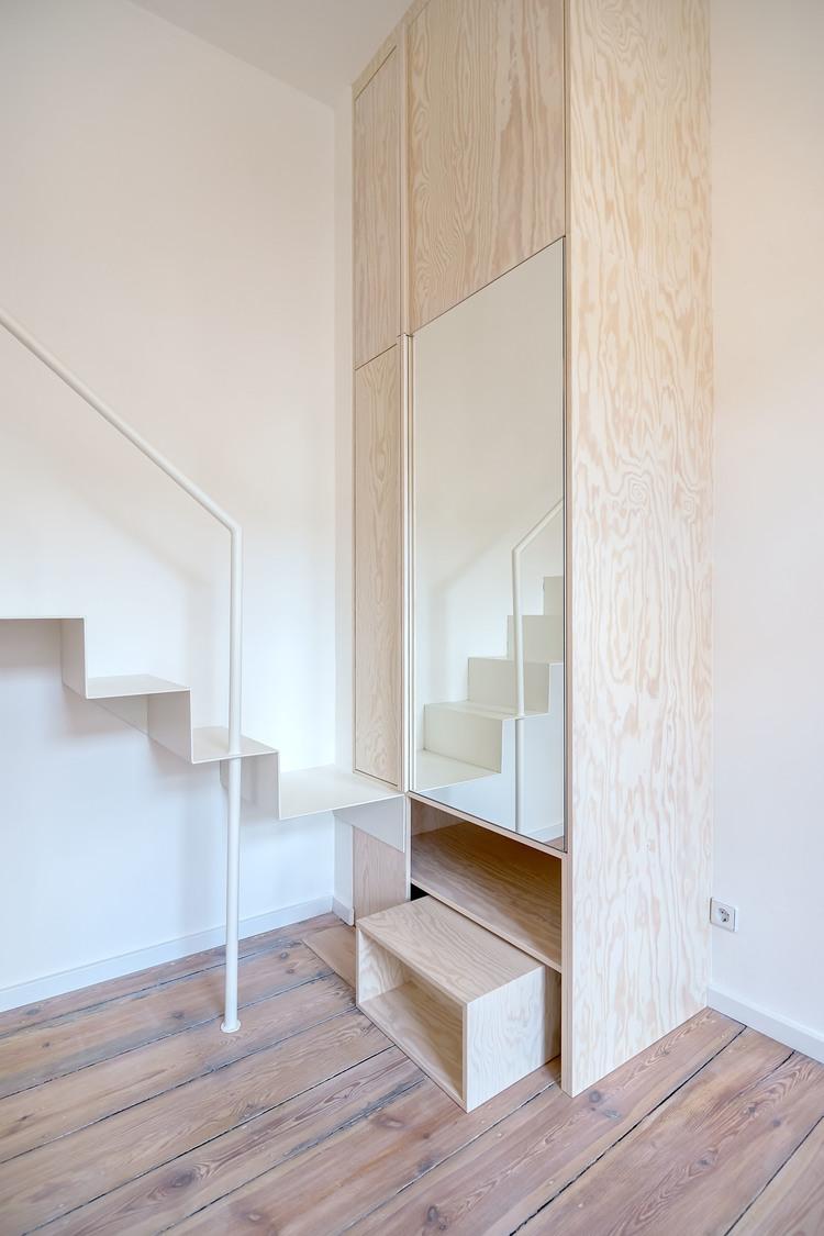 Лестница возле шкафа
