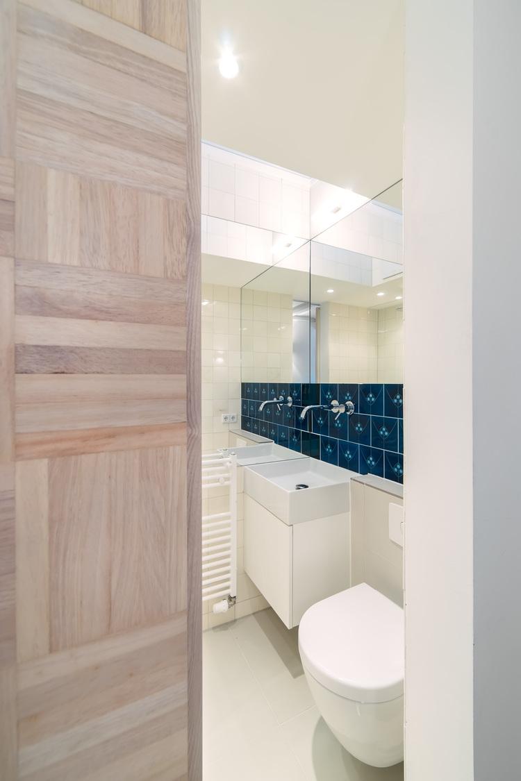 Синяя плитка в белой ванной комнате