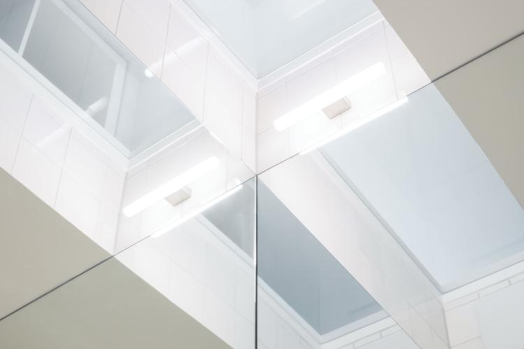 Потолок с подсветкой в ванной