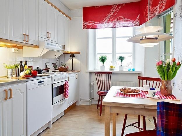 Красные акценты на белой кухне