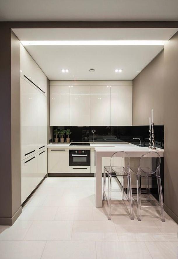 Прозрачные барные стулья в интерьере кухни