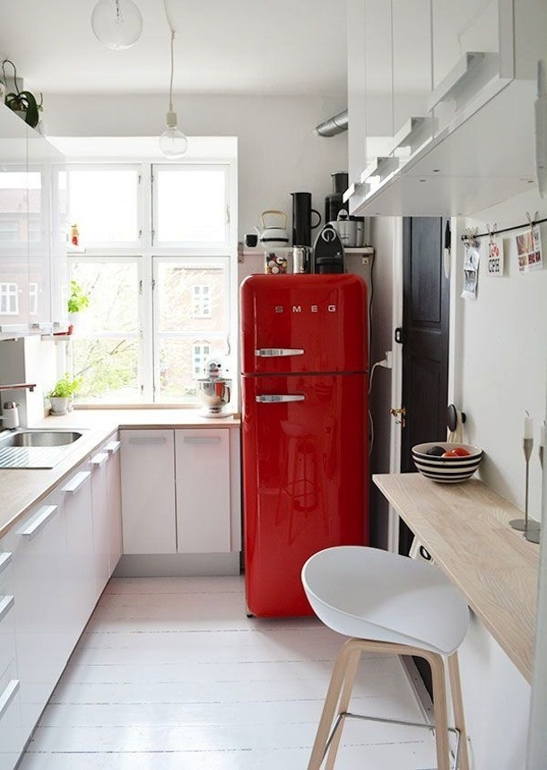 Яркий холодильник на белой кухне