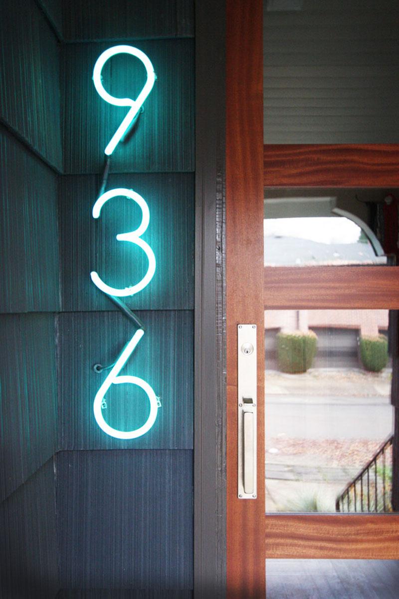 Номер дома с неоновой подсветкой