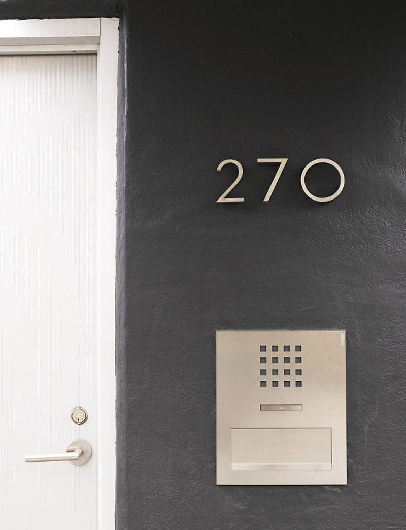 Номер дома на двери