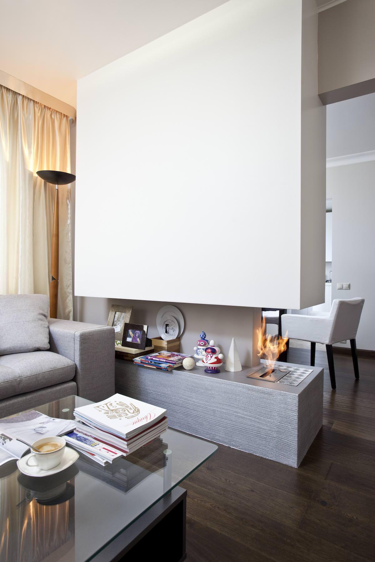 Камин в гостиной стильной квартиры