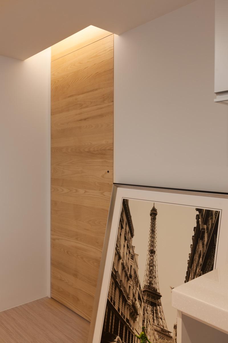 Дверь в кладовку в трёхкомнатной квартире