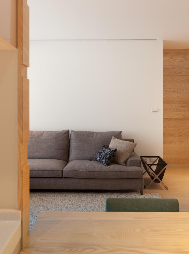 Диван в интерьере трёхкомнатной квартиры