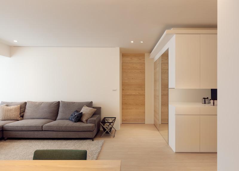 Большой диван в интерьере трёхкомнатной квартиры