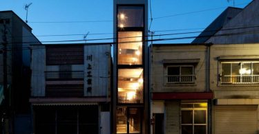 Дизайн узкого дома с плавающими полами