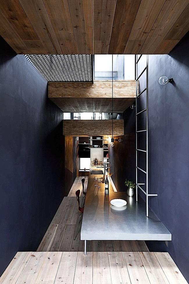 Дизайн узкого дома с полом разного уровня