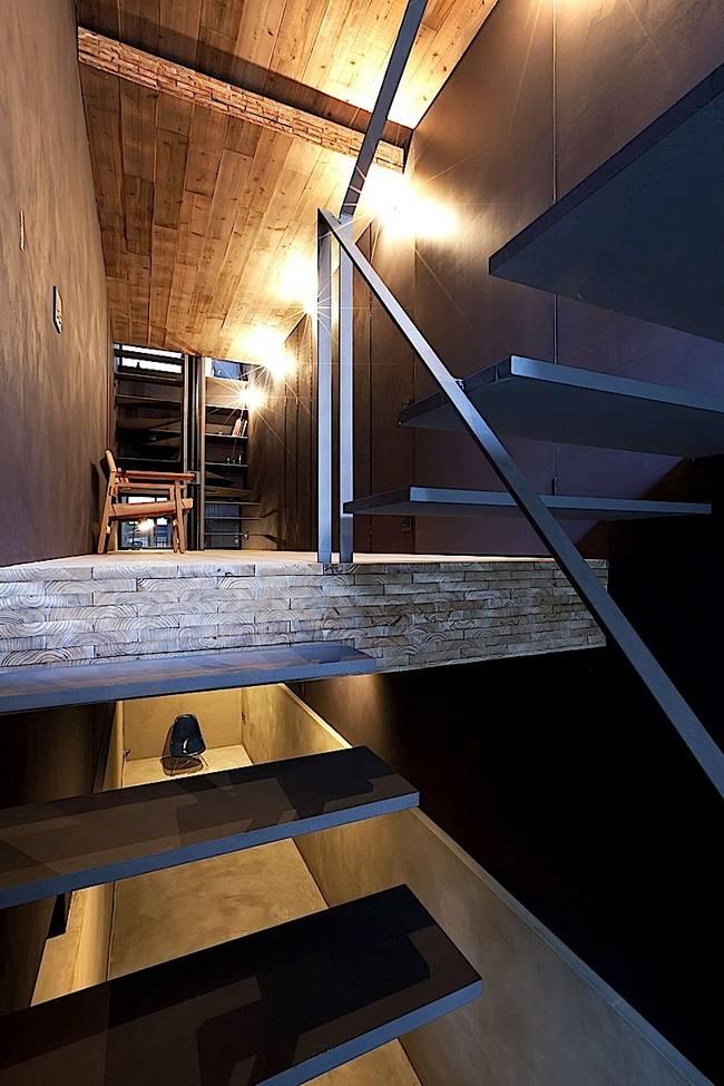 Дизайн узкого дома с деревянной отделкой