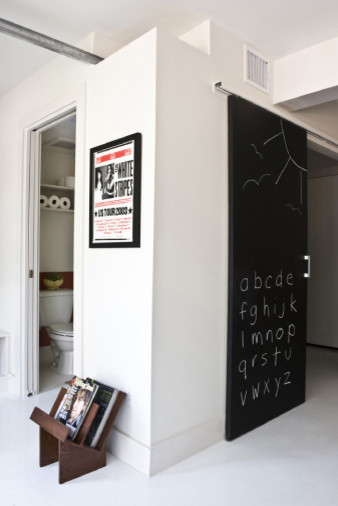 Плакат на белой стене