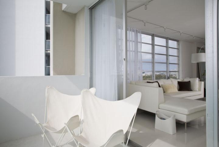 Белые складные кресла на балконе