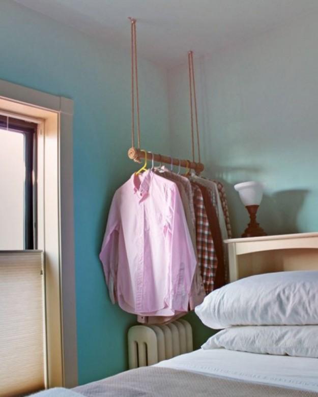Одежда на свисающих с потолка лианах