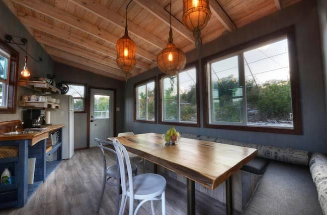 Дом на дереве для отдыха от ArtisTree. Естественное освещение кухни, огромные окна