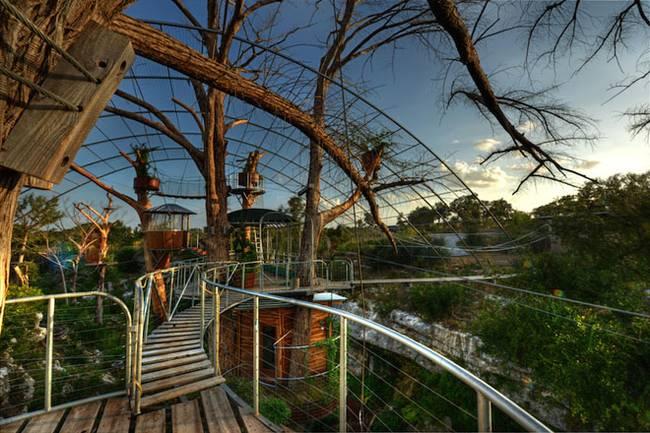 Дом на дереве для отдыха от ArtisTree. Все переходы огорожены металлическими перилами
