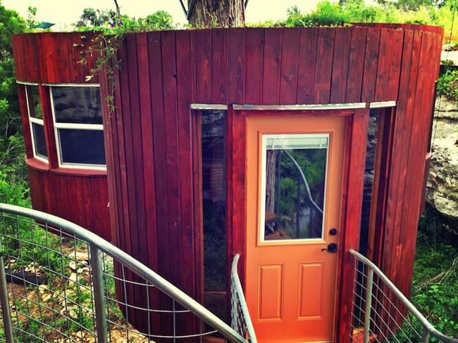 Дом на дереве для отдыха от ArtisTree. Спальный домик, вход