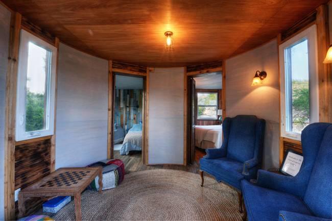 Дом на дереве для отдыха от ArtisTree. Уютный холл с мягкой мебелью и вход в две отдельные спальни