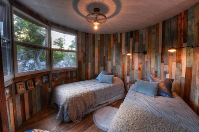 Дом на дереве для отдыха от ArtisTree. Стены из вторичного сырья смотрятся свежо и мило