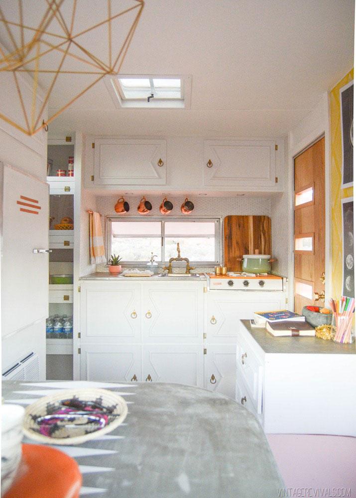 Кухня в маленьком доме на колёсах
