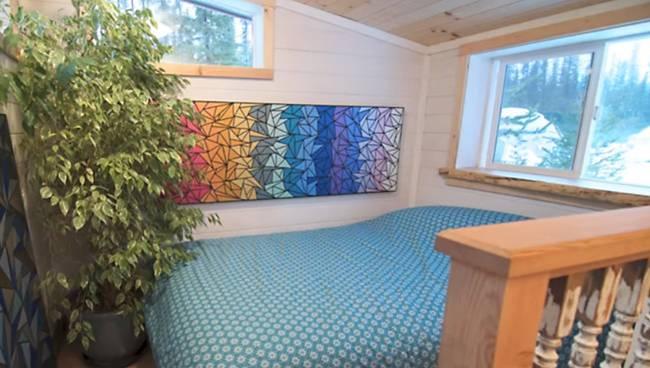 Спальня под потолком в доме на колёсах
