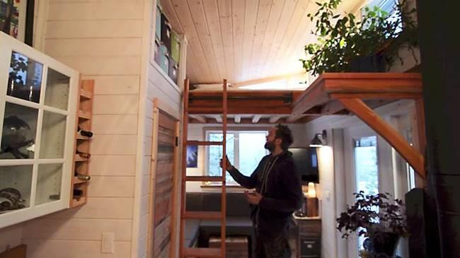 Лестница на второй уровень в доме на колёсах