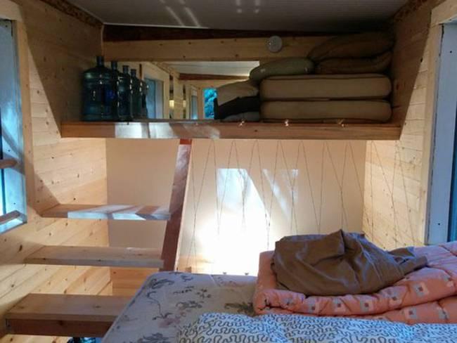Домик на дереве с лестницей. Кровать