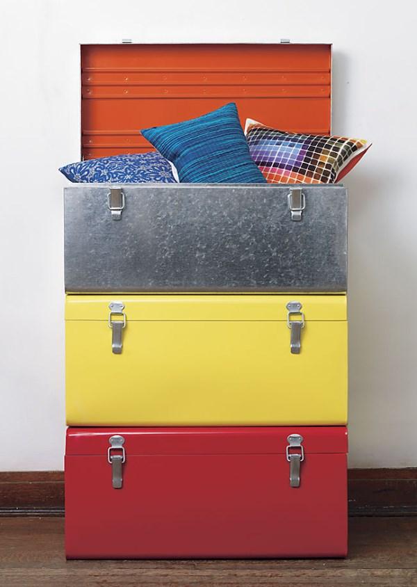 Разноцветные подушки в чемодане