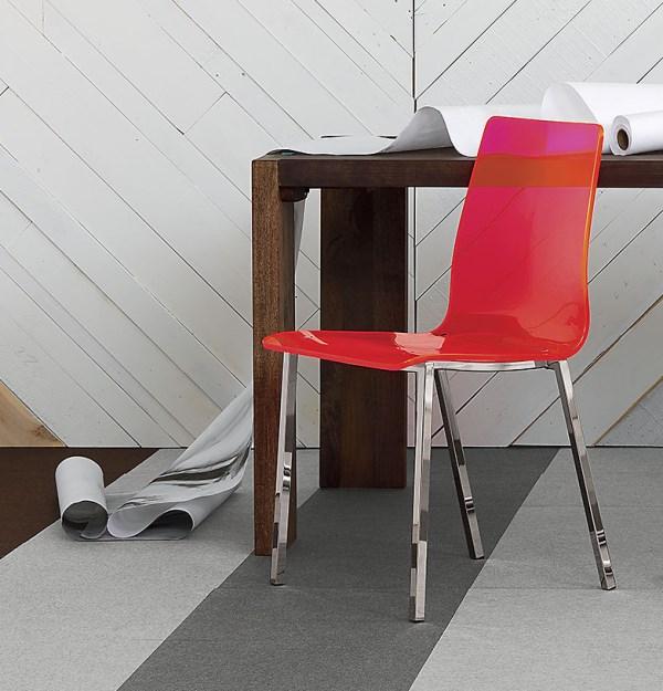 Яркий стул на стальных ножках